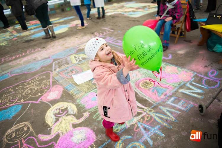 concursul copiilor care desenează pe asfalt.jpg